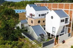 Vợ chồng ở Phú Quốc xây tường 'khổng lồ' tránh nắng cho biệt thự 'khủng'