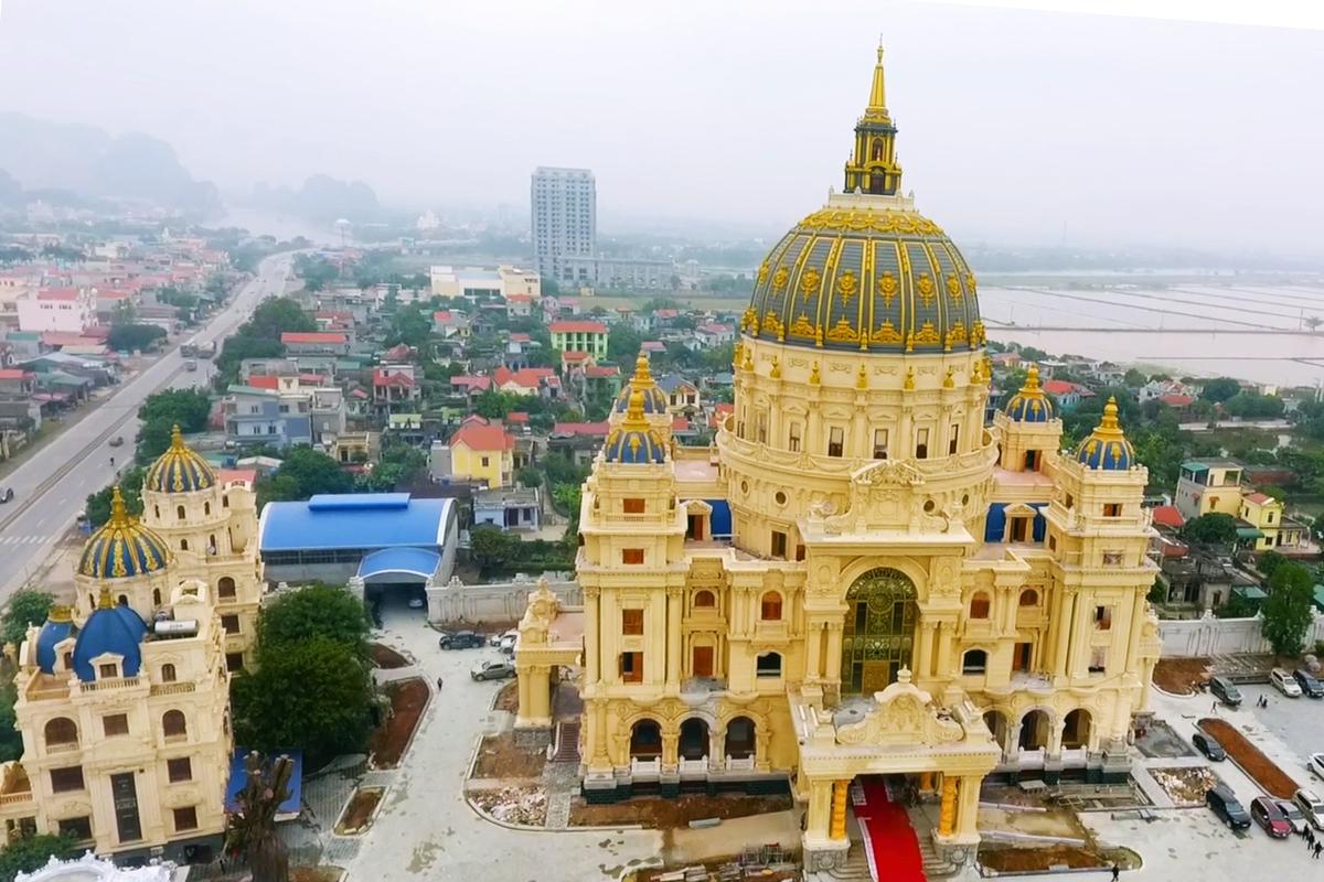 Chiêm ngưỡng lâu đài mạ vàng gây choáng của đại gia Ninh Bình