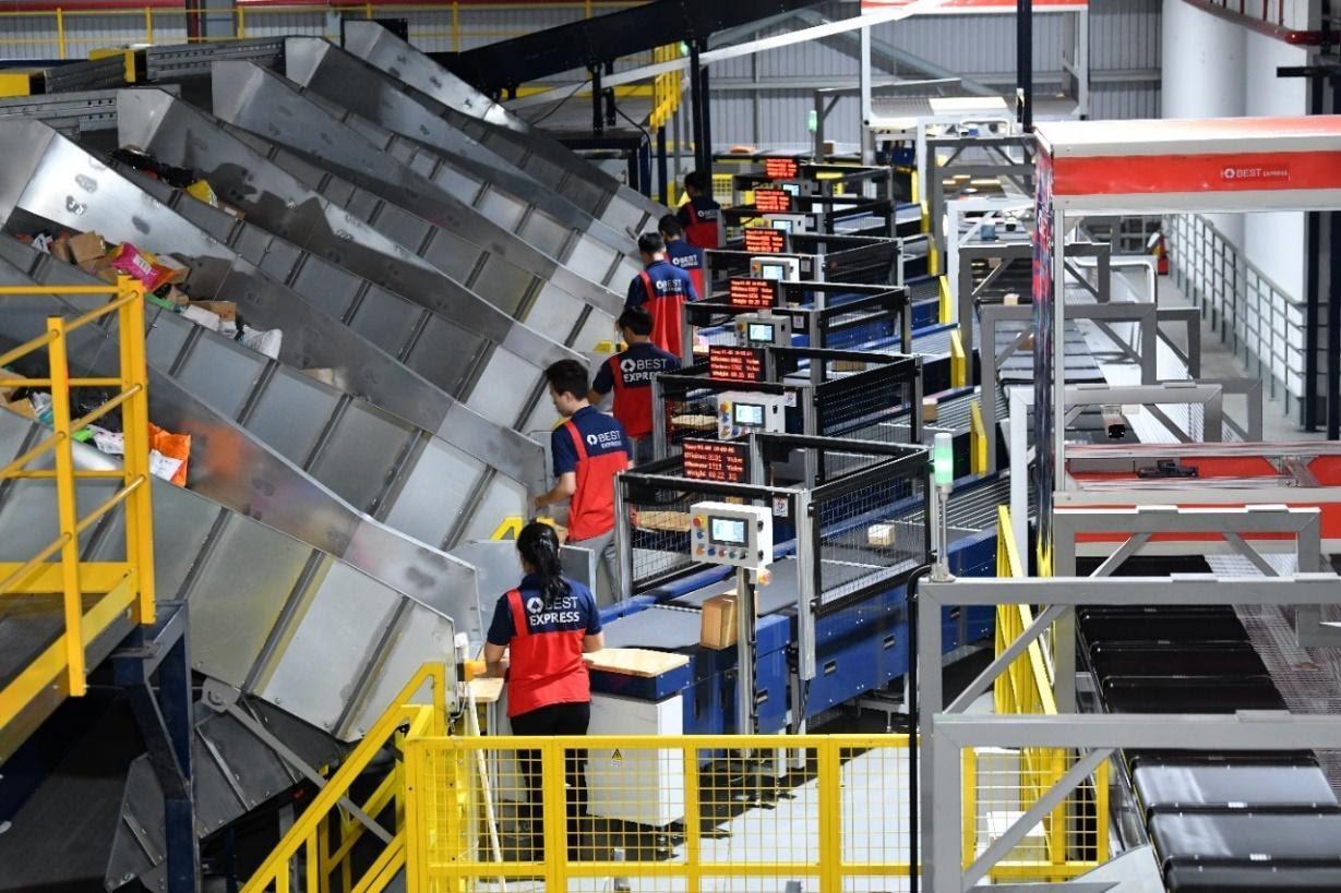 23 trung tâm phân loại góp phần tăng cường công suất xử lý hàng hóa trên toàn hệ thống, rút ngắn thời gian vận chuyển hàng hóa giữa các địa phương và giao vận nhanh hơn.